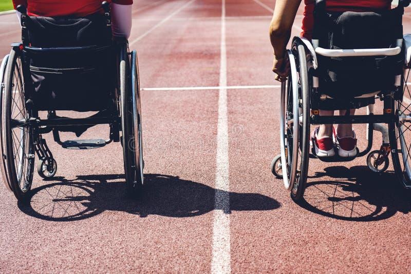 轨道的轮椅运动员 轮椅运动员准备 库存图片