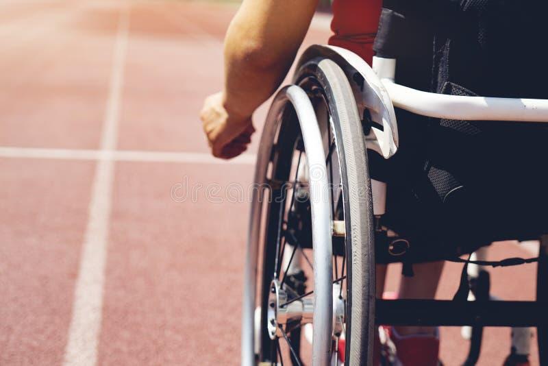 轨道的轮椅运动员 轮椅运动员 库存照片