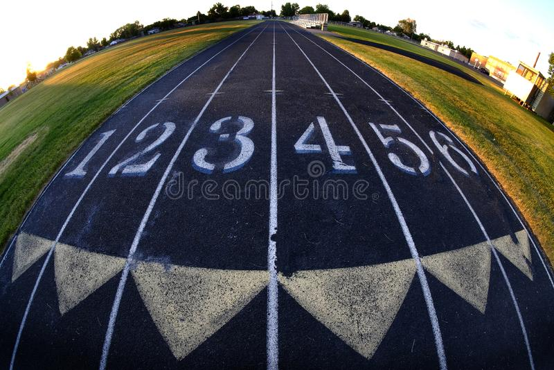 轨道车道赛跑赛跑与数字的跑的连续全天相镜头回合 库存照片