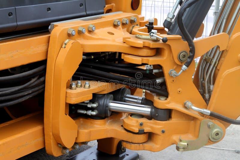 转体和水力水管在拖拉机 免版税库存图片
