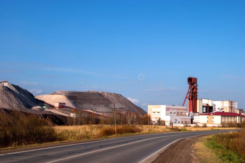 转储从盐产出的植物的岩石山 免版税库存照片