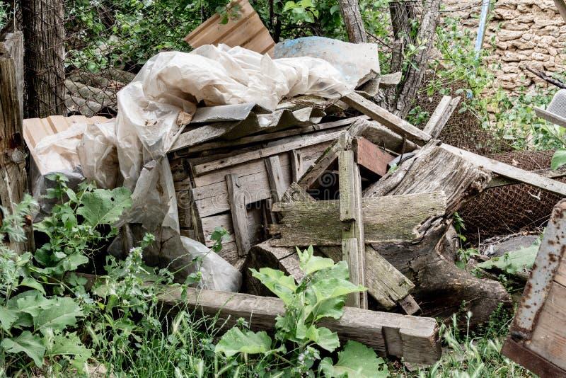 转储材料生锈的导线,老木板 免版税库存图片