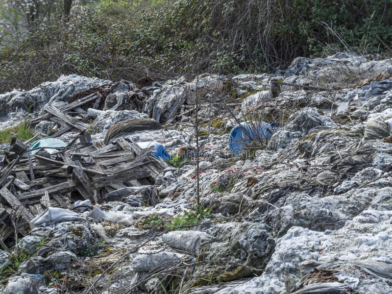 转储环境森林垃圾问题 浪费沾染土壤 免版税库存照片