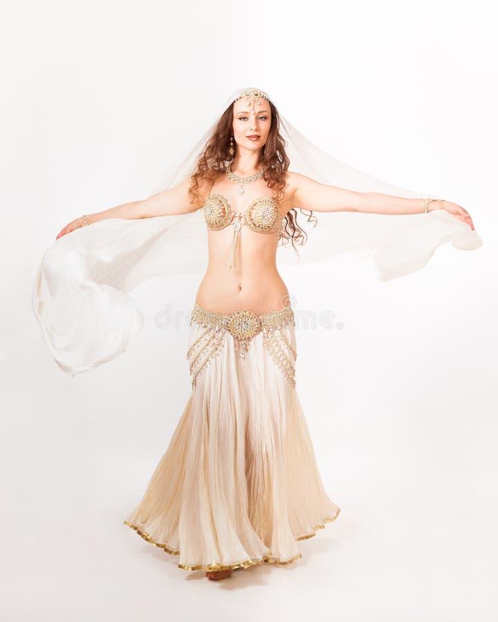 转动与面纱的美丽的肚皮舞表演者 库存图片