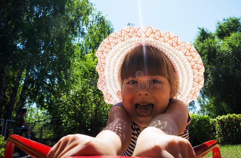 转动在乘驾的女孩笑和高兴 免版税库存照片