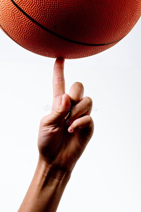 转动在手指的篮子球 免版税库存图片