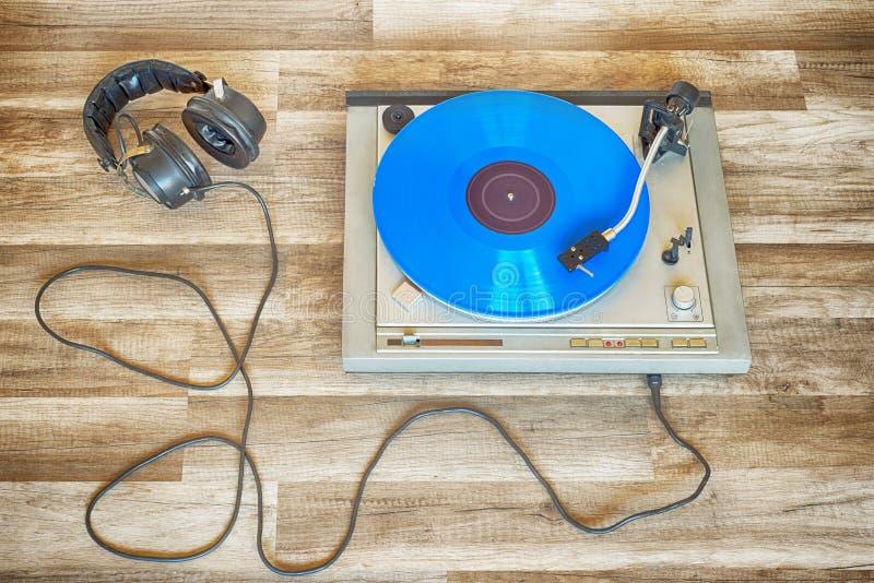 转动在转盘的蓝色唱片 免版税库存照片