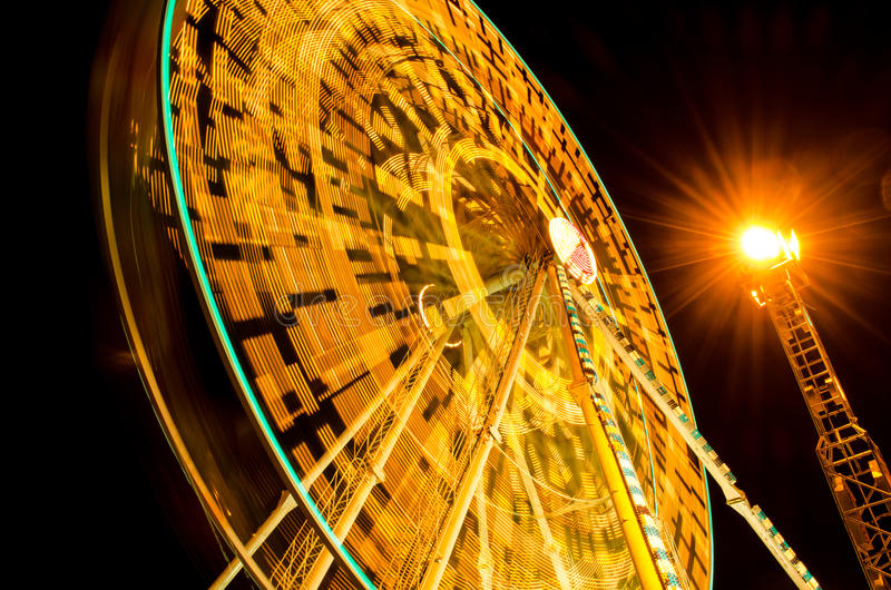 转动在集市场所的弗累斯大转轮在晚上 免版税库存图片