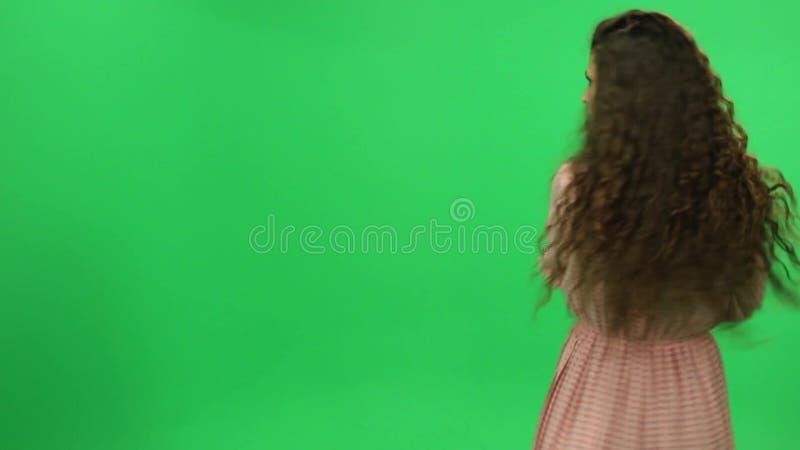 转动在绿色屏幕,闪光上的女孩 股票录像