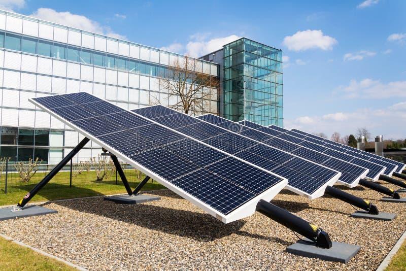 转动太阳电池板的蓝色掀动了轴跟踪仪,未来能量概念 免版税库存照片