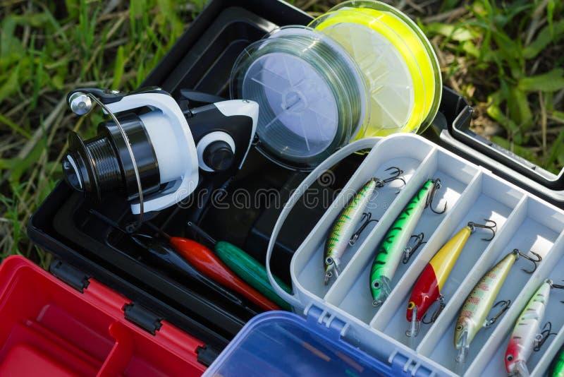 转动的卷轴、钓鱼线、塑料滑车、人为诱剂和其他爱好渔具 库存图片
