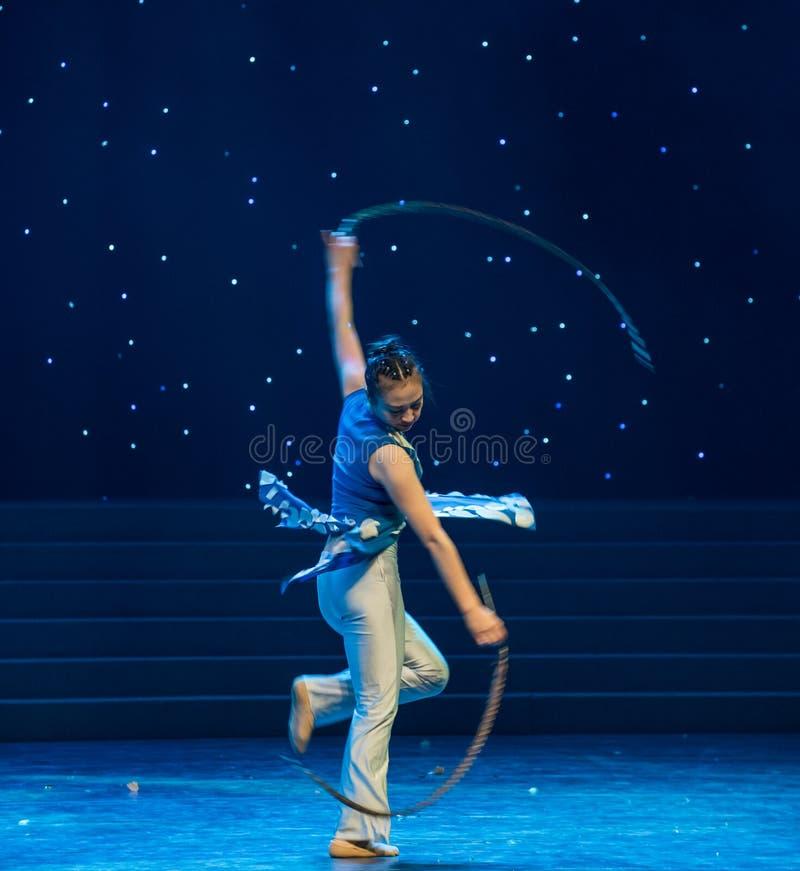 转动的步野鸡尾巴中国民间舞 免版税库存图片