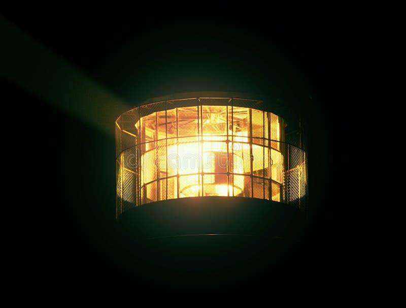 转动的灯细节在灯塔的 菲涅耳透镜细节  免版税库存图片