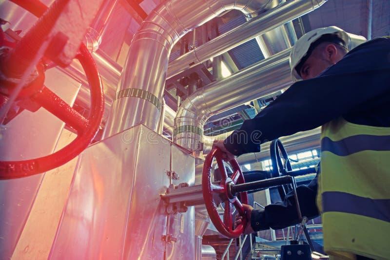转动红色轮子阀门的工业工厂劳工 免版税库存图片
