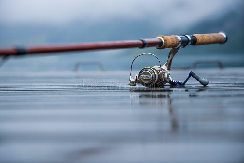 转动被弄脏的背景的钓鱼竿 库存照片