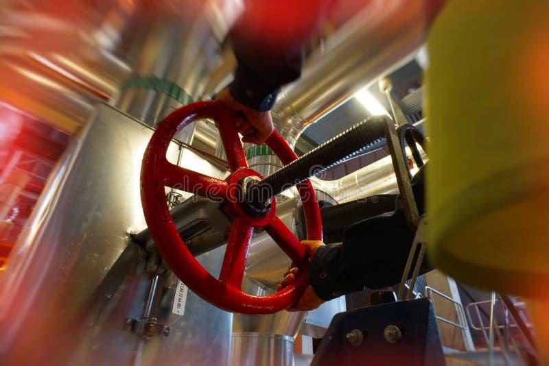 转动阀门的红色轮子工业工厂劳工 库存图片