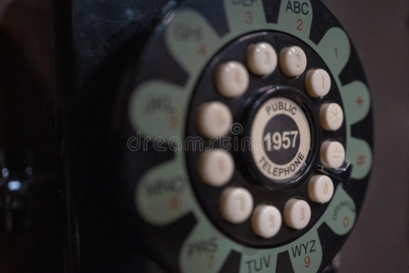 转台式老电话在电话亭 库存图片