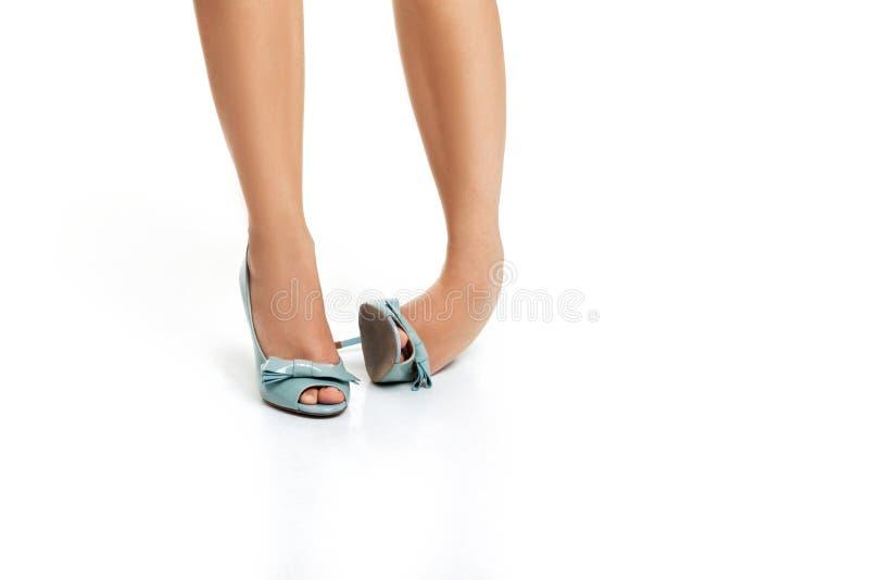 转弯脚腕 蓝色高跟鞋鞋子的妇女 免版税库存照片