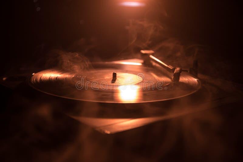 转盘唱片球员 音乐节目主持人的减速火箭的音响器材 演奏的DJ的合理的技术能混合&音乐 唱片是 图库摄影
