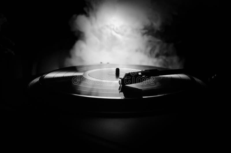 转盘唱片球员 音乐节目主持人的减速火箭的音响器材 演奏的DJ的合理的技术能混合&音乐 唱片是 免版税库存图片
