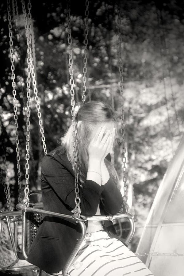转盘的快乐的时兴的金发碧眼的女人 悲伤和哀情情感 图库摄影