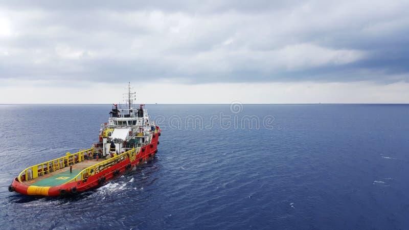 转移的货物的供应小船对油和煤气产业 库存照片