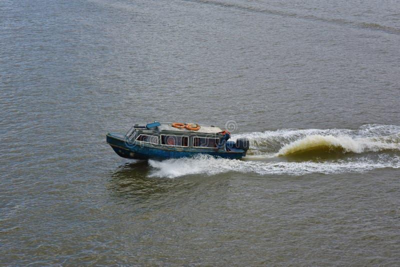 转达人的小船在维多利亚岛,拉各斯工作 免版税库存图片