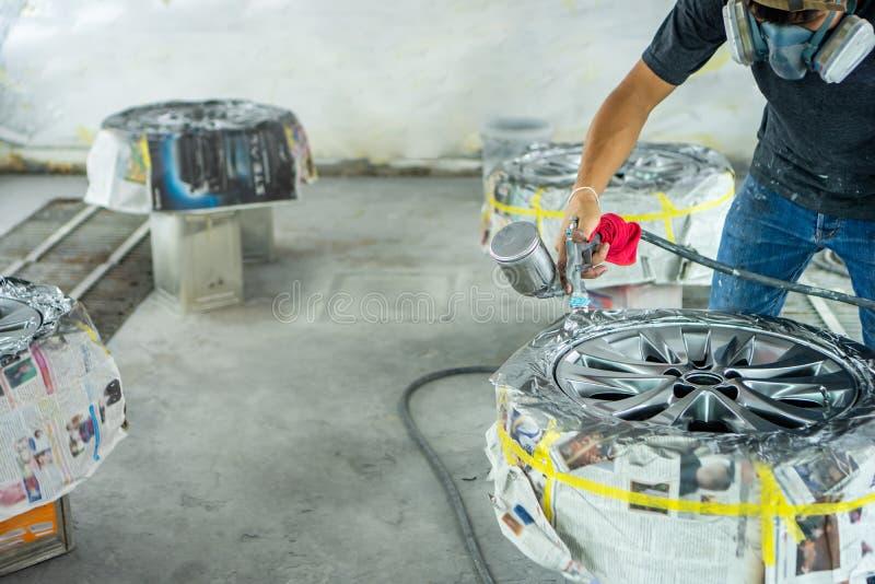 轮子修理,轮子安装工 库存照片