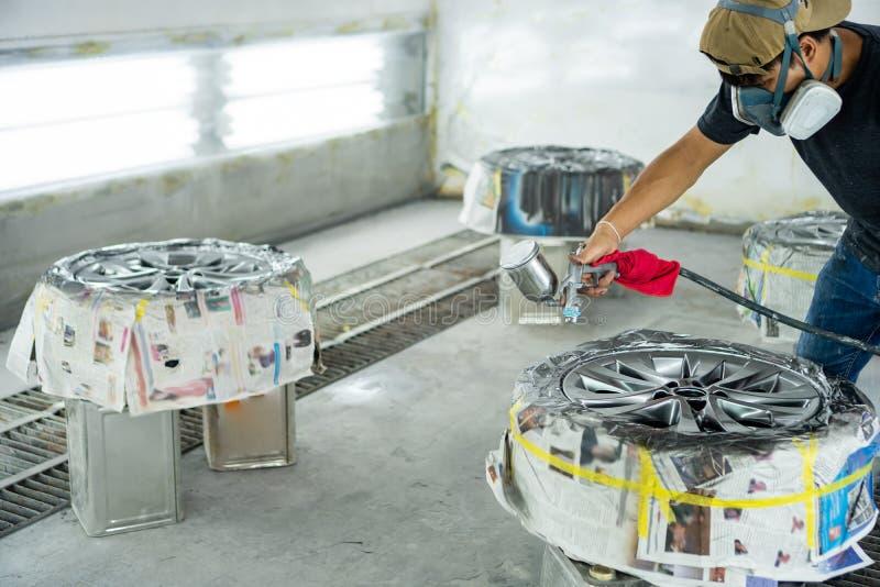 轮子修理,轮子安装工 库存图片