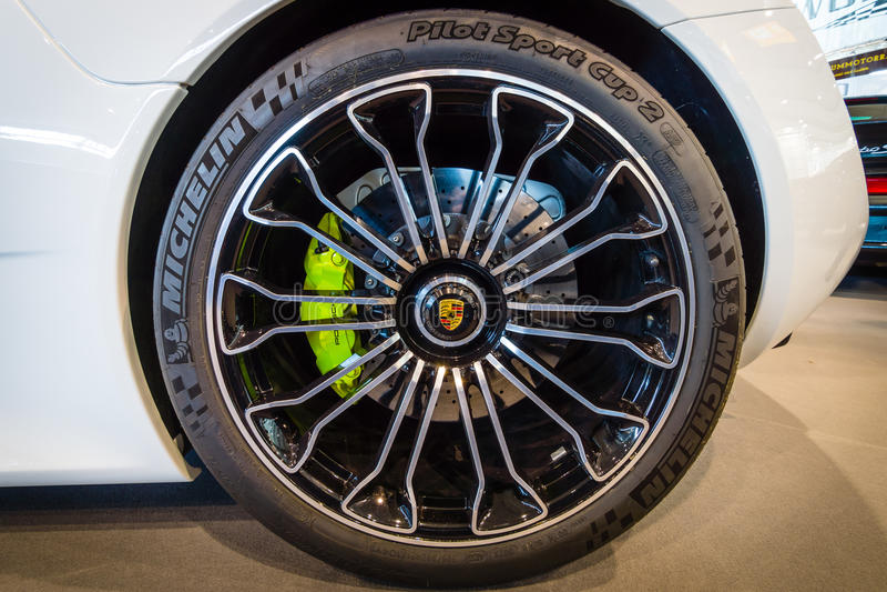 轮子和一辆中间装有引擎的插入式杂种跑车保时捷918 Spyder的制动系统, 2015年 免版税库存图片