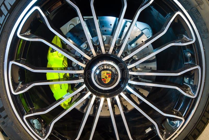 轮子和一辆中间装有引擎的插入式杂种跑车保时捷918 Spyder的制动系统, 2015年 免版税图库摄影