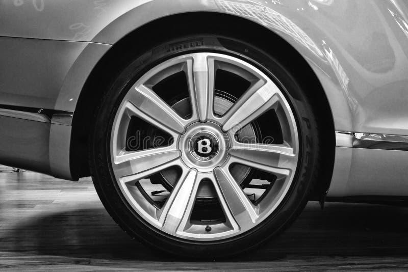 轮子和一辆大型豪华汽车本特利新的大陆GT V-8敞篷车的制动系统组分 库存图片
