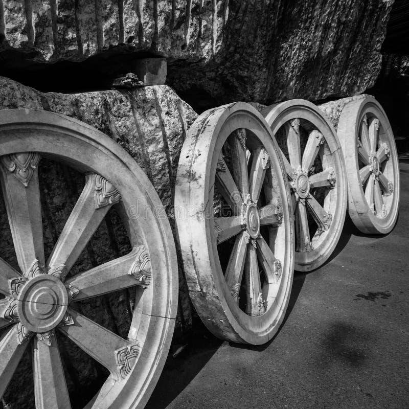 轮子的雕塑 免版税库存照片
