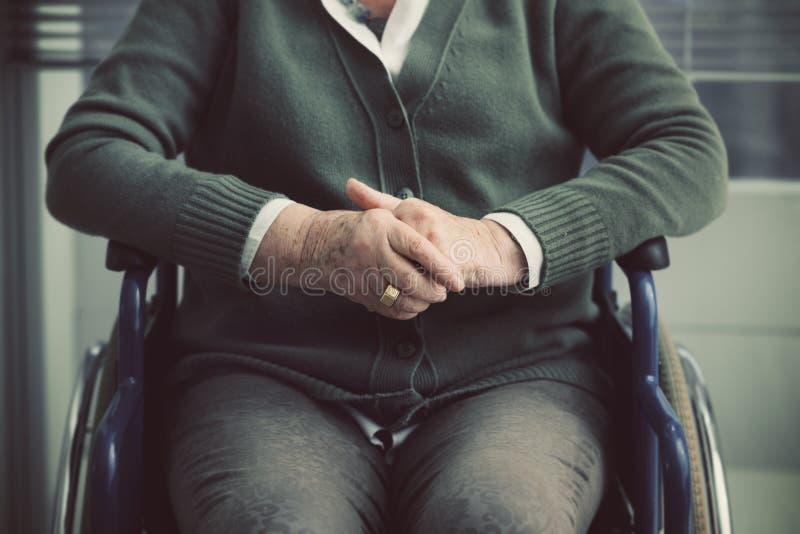 轮椅关闭的资深夫人画象 免版税图库摄影