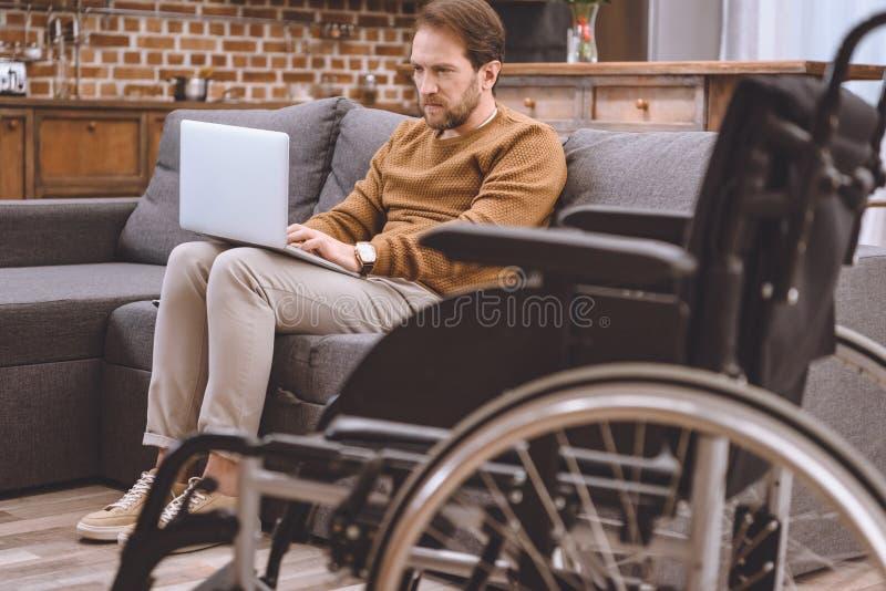 轮椅和失去能力的中部特写镜头视图变老了人 库存图片