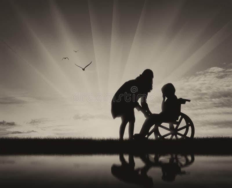 轮椅哭泣和他的母亲的残疾儿童海滩和反射的 免版税库存照片