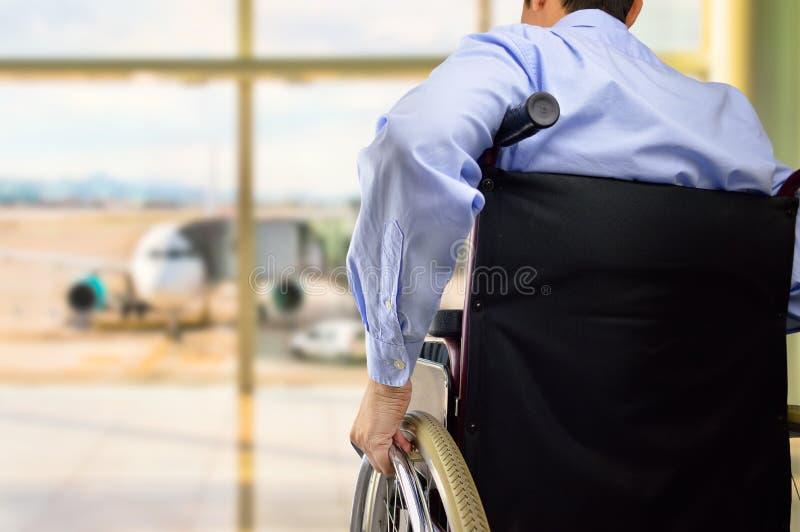 轮椅商人在机场 库存图片