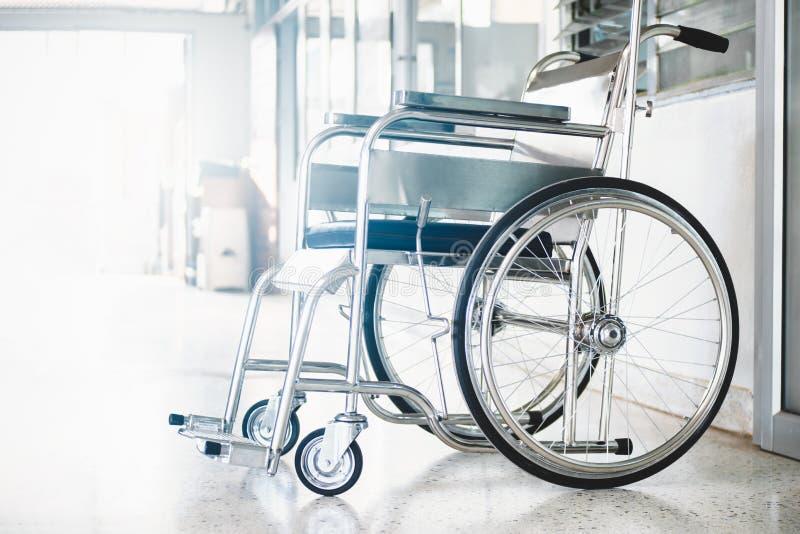轮椅在医院,等待耐心服务的轮椅 在左区域的轻的拷贝空间 免版税图库摄影