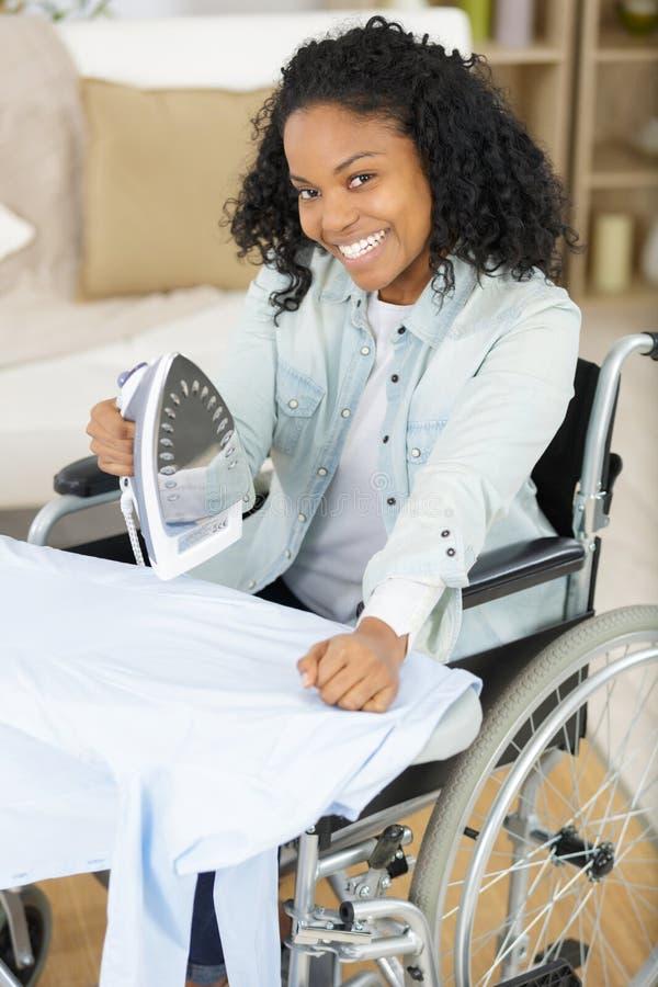 轮椅电烙的妇女 免版税库存图片
