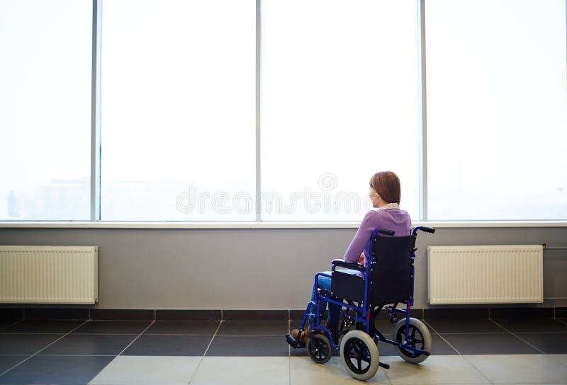 轮椅的体贴的妇女 免版税库存照片