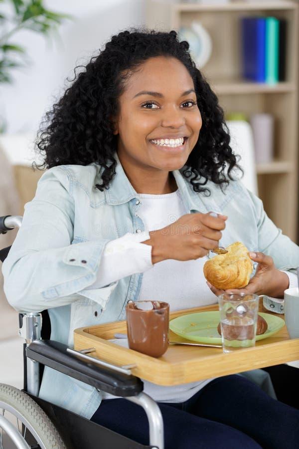 轮椅的妇女在家 免版税库存照片
