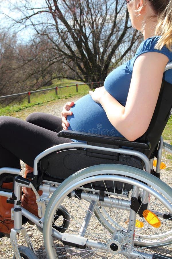 轮椅的孕妇 图库摄影