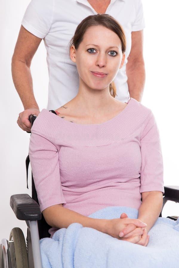 轮椅的少妇 免版税库存照片