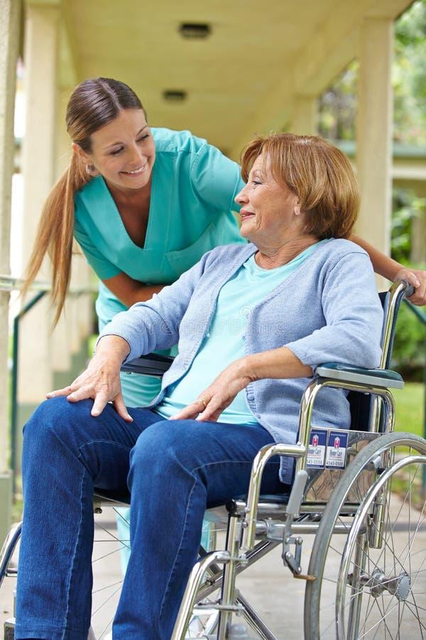 轮椅的年长患者 库存照片