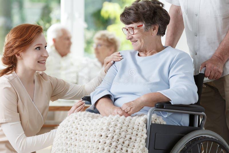 轮椅的微笑的老妇人 库存图片