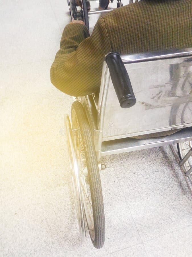 轮椅的无法认出的残疾资深妇女在医院 免版税库存图片