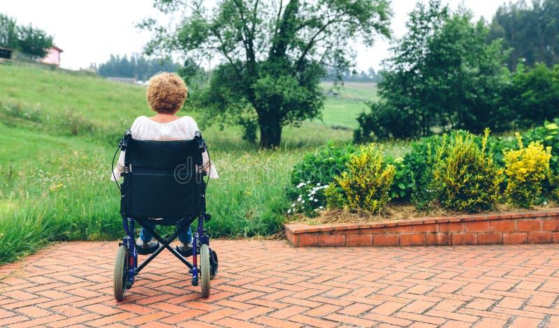 轮椅的无法认出的资深妇女 免版税库存照片