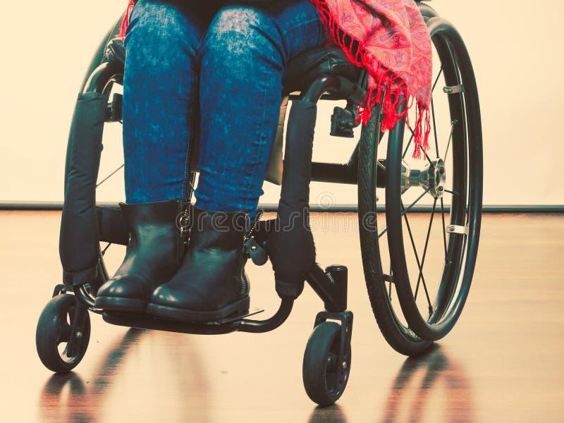 轮椅的残疾女孩 库存照片