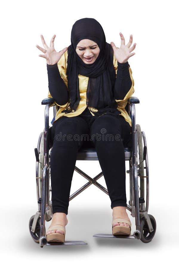 轮椅的残疾妇女和看起来沮丧 库存照片