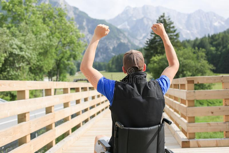 轮椅的残疾年轻人 免版税库存图片